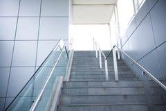 在一个现代大厦的台阶 免版税库存图片