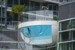 在一个现代大厦的惊人的室外水池在温哥华-温哥华-加拿大- 2017年4月12日 免版税库存图片