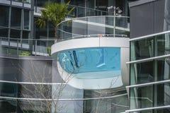 在一个现代大厦的惊人的室外水池在温哥华-温哥华-加拿大- 2017年4月12日 库存照片