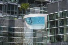 在一个现代大厦的惊人的室外水池在温哥华-温哥华-加拿大- 2017年4月12日 图库摄影