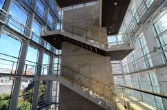 在一个现代大厦的楼梯间 免版税库存照片