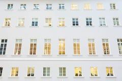 在一个现代大厦的门面的Windows 图库摄影