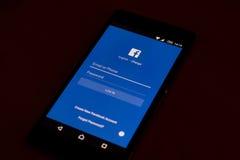 在一个现代机器人智能手机的Facebook应用 免版税库存照片