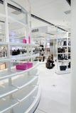 在一个现代购物中心的设计的更多空间 免版税图库摄影