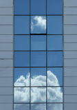 在一个现代玻璃大厦的开窗口与天空反射 免版税库存照片