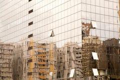 在一个现代玻璃大厦的老大厦reflextions在巴西 免版税库存图片