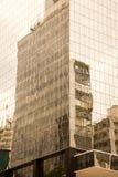 在一个现代玻璃大厦的老大厦reflextions在巴西 库存图片