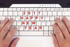 在一个现代键盘2017年写的替换新年好 免版税库存照片