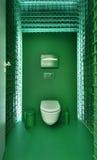 在一个现代顶楼样式的公共厕所 库存照片