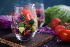 在一个玻璃杯子的被切的新鲜蔬菜 免版税库存照片