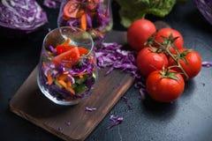 在一个玻璃杯子的被切的新鲜蔬菜 免版税库存图片