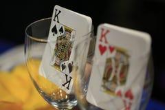 在一个玻璃杯子里面的啤牌纸牌 免版税图库摄影