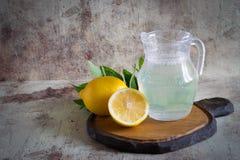 在一个玻璃水罐的凉快的柠檬水 库存图片