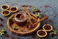 在一个玻璃瓶子和果子馅饼的巧克力奶油 免版税库存图片