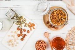 在一个玻璃瓶子的自创格兰诺拉麦片在一张白色桌上 健康的食物 免版税图库摄影