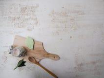 在一个玻璃瓶子的自创素食主义者防臭剂在竹委员会和白色背景,代表零的废生活方式 库存图片