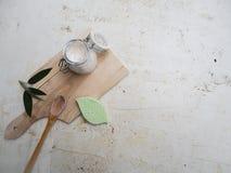 在一个玻璃瓶子的自创素食主义者防臭剂在竹委员会和白色背景,代表零的废生活方式 免版税库存图片