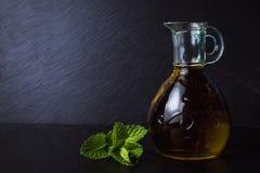 在一个玻璃瓶子的额外处女橄榄油 图库摄影