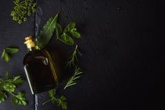在一个玻璃瓶的调味的处女橄榄油 免版税图库摄影