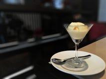 在一个玻璃碗的冰淇凌在一张木桌上 库存照片