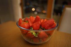 在一个玻璃碗的成熟草莓 库存照片