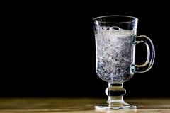 在一个玻璃碗的碳酸化合的饮料 与泡影和le的冷饮 图库摄影