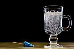 在一个玻璃碗的碳酸化合的饮料 与泡影和le的冷饮 库存图片