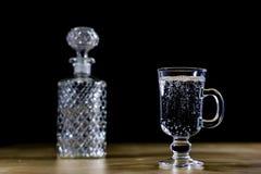 在一个玻璃碗的碳酸化合的饮料 与泡影和le的冷饮 免版税库存图片