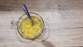 在一个玻璃碗的罐装菠萝片 图库摄影