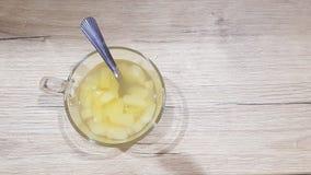 在一个玻璃碗的罐装菠萝片 免版税图库摄影