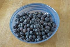 在一个玻璃碗的蓝莓 库存图片