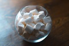 在一个玻璃碗的蛋白软糖在木背景 库存照片