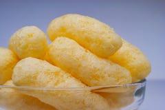 在一个玻璃碗的迅速移动的玉米吹 嘎吱咬嚼的风味喘气的快餐 党,电影快餐 免版税库存照片