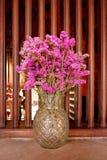 在一个玻璃花瓶显示的干紫色花 免版税库存图片