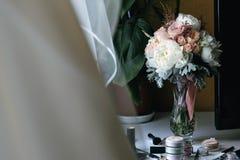 在一个玻璃花瓶的美丽的婚礼花束 免版税图库摄影