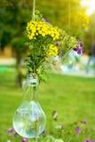 在一个玻璃花瓶的野花 图库摄影
