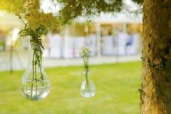 在一个玻璃花瓶的野花 免版税图库摄影