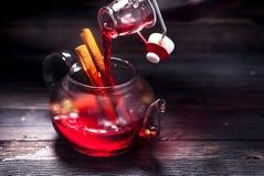 在一个玻璃茶壶和瓶的被仔细考虑的酒 免版税库存图片