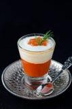 在一个玻璃觚的开胃菜甜椒、奶油和红色豚鼠属 库存图片