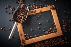 在一个瓢的咖啡豆在黑背景 许多复制<a href='https://www.dreamstime.com/wind-power-with-a-difference.-rcollection4317-resi208938' STYLE='font-size:13 库存图片