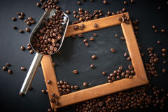 在一个瓢的咖啡豆在黑背景 许多复制<a href='https://www.dreamstime.com/wind-power-with-a-difference.-rcollection4317-resi208938' STYLE='font-size:13 免版税库存照片