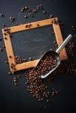 在一个瓢的咖啡豆在黑背景 许多复制<a href='https://www.dreamstime.com/wind-power-with-a-difference.-rcollection4317-resi208938' STYLE='font-size:13 库存照片
