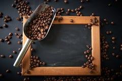 在一个瓢的咖啡豆在黑背景 许多复制<a href='https://www.dreamstime.com/wind-power-with-a-difference.-rcollection4317-resi208938' STYLE='font-size:13 免版税库存图片