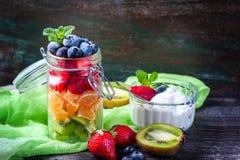 在一个瓶子的健康自创水果沙拉在土气木背景 健康食物,饮食、戒毒所或者素食主义者概念 免版税库存图片