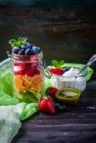 在一个瓶子的健康自创水果沙拉在土气木背景 健康食物,饮食、戒毒所或者素食主义者概念 库存图片