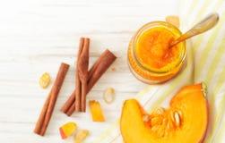 在一个瓶子的南瓜纯汁浓汤用在白色桌上的桂香 库存照片
