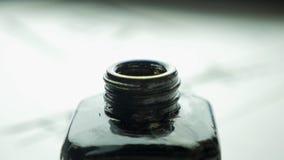 在一个瓶子的女性手扣篮刷子画的关闭的墨水  与选择聚焦的中国古板的画笔 库存图片