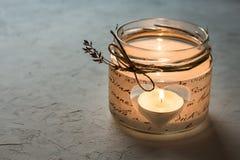 在一个瓶子的手工制造蜡烛台有纸decoupage的,心脏,灼烧的茶光,华伦泰 库存图片