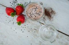 在一个瓶子的自创酸奶用草莓 库存图片