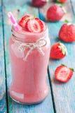 在一个瓶子的草莓圆滑的人有秸杆的 免版税库存图片